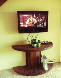 Cut a wooden spool in half, add a coat of stain and you instantly have a warm side table that doesn't take up much room but provides ample display space. http://www.decorama.es/?utm_content=bufferff6c6&utm_medium=social&utm_source=pinterest.com&utm_campaign=buffer http://calgary.isgreen.ca/energy/wind-power/calgarys-wind-powered-lrt-an-incredibly-successful-system-nenshi/?utm_content=buffer5242d&utm_medium=social&utm_source=pinterest.com&utm_campaign=buffer