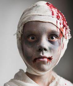 Schocker Costume: Turn yourself into a bloody mummy - juli und filine - halloween schminke Halloween 2015, Halloween Kids, Halloween Costumes, Halloween Face Makeup, Mummy Makeup, Art Optical, Optical Illusions, Maquillage Halloween, Crazy Makeup