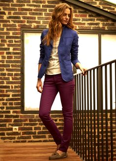 tee-shirt motif blason détails argentés, veste bleu outremer et pantalon femme slim garment dye
