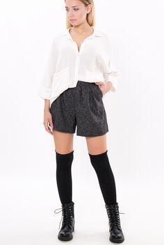 Shorts in tessuto sale&pepe con pinces che partono dalla vita. Chiusura con zip invisibile nel retro.Tasche alla francese laterali. Shorts da indossare con un paio di parigine