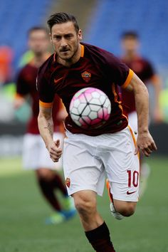 Francesco Totti Photos - Francesco Totti of AS Roma in action during the Serie A match between AS Roma and SSC Napoli at Stadio Olimpico on April 25, 2016 in Rome, Italy. - AS Roma v SSC Napoli - Serie A