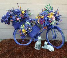Bicycle Decor, Old Bicycle, Bicycle Art, Garden Crafts, Diy Garden Decor, Garden Projects, Bike Planter, Paint Bike, Garden Basket