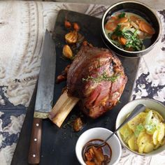 Rezept: Kalbshaxe mit Kartoffelsalat und Sommergemüse