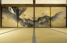 Le sanctuaire shintô de Kotohira-gû (ou Konpira-san), point de convergence du culte des montagnes et de croyances relatives à la divinité gardienne des transports maritimes et protectrice des dangers de la mer, fut dès l'époque de Heian (794-1185) un centre de dévotion important, particulièrement populaire et fréquenté à partir du XVIIe siècle.