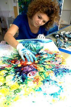 Iris Scott réalise de la peinture sur toile en utilisant directement ses doigts.