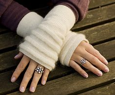 Super feminine mitts with tucks. Free pattern in English and Norwegian.