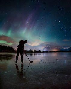 Playing pond hockey under the northern lights Travel Alberta 😱 📷 Paul Zizka Canada 🚀 Parc National, Banff National Park, National Parks, Hockey Girls, Hockey Mom, Hockey Stuff, Funny Hockey, Hockey Coach, Bruins Hockey