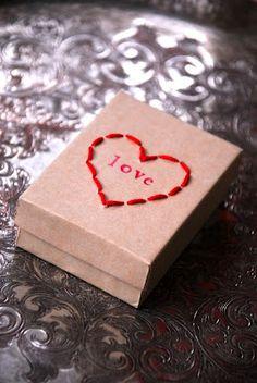 Stitched Heart Box for Valentine's Day Gift Valentines Bricolage, Valentine Day Crafts, Be My Valentine, Valentine Ideas, Creative Gift Wrapping, Creative Gifts, Wrapping Ideas, Wrapping Presents, Ideas Scrap