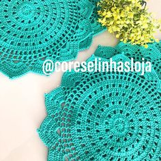Cores e linhas (@coreselinhasloja) • Fotos y vídeos de Instagram Crochet Squares, Doilies, Coasters, Mandala, Napkins, Weaving, Crochet Hats, Instagram, Rose