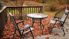 Gartenmöbel im Herbst (Quelle: Thinkstock by Getty-Images/juliaf)
