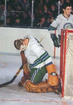 Gary Smith Ice Hockey Teams, Bruins Hockey, Hockey Goalie, Hockey Games, Hockey Players, Nhl, Gary Smith, Goalie Mask, Carolina Hurricanes