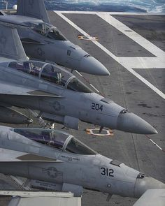 🇺🇸 Super Hornets attached to Carrier Air Wing (CVW) 7 are secured on the flight deck of the Nimitz-class aircraft carrier USS Abraham Lincoln (CVN (U. Navy photo 📷 by Mass Communication Specialist Class Jessica Paulauskas/Released) Us Military Aircraft, Military Jets, Air Force Aircraft, Fighter Aircraft, Air Fighter, Fighter Jets, Navy Aircraft Carrier, Go Navy, Flight Deck