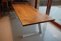 Een handgemaakte aan tabel van de orde. Massief houten tafelblad op stalen basisstuk. Natuurlijke harde wax olie afwerking terwijl base kunnen poedercoating in elke RAL-kleur. Een tabel op de fotos gepresenteerd is 260cm lang en 100cm breed. Als u vragen hebt, kunt u vragen.