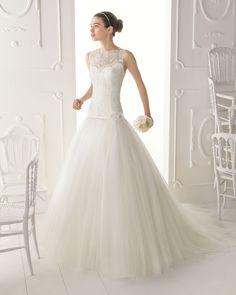 OMAN - Vestido de encaje con pedrería, tul y cinturón con broche y flor en color natural T5702- Diadema de cristal y metal, color plata