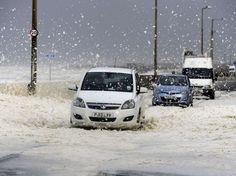 """24 heures en images Route du littoral couverte d'écume, à Cleveleys, près de Blackpool, dans le nord-ouest de l'Angleterre, le 21 octobre. Cet amas de mousse a été abandonné par d'énormes vagues générées par la queue de l'ouragan Gonzalo. La tempête a causé la mort d'au moins trois personnes au Royaume-Uni, rapporte le """"Telegraph"""". (John Giles/AP/SIPA)"""