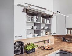 LINK W BIO Takie podnoszone kuchenne szafki to naprawdę świetna sprawa Łatwy dostęp do całej zawartości bez konieczności przytrzymywania drzwiczek! Co nieco o górnych szafkach dowiecie się z naszego artykułu chodźcie!