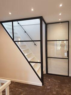 Wand van staal met glas langs trap deur in staal en glas Office Storage Furniture, Bathroom Kids, Attic Bathroom, Bathroom Plumbing, Attic Renovation, House Stairs, Attic Spaces, Steel Doors, Staircase Design