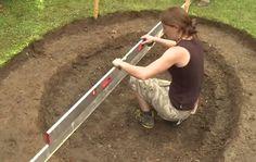 Tem um grande quintal e não sabe como o decorar? Já pensou em ter la um pequeno lago? Veja este vídeo, ele ensina os passos necessário para fazer um pequeno lago no seu quintal, não é muito difícil. De certeza que o seu quintal vai ficar muito mais bonito depois de fazer um lago como o que apresentamos aqui.