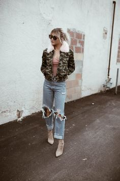 Poppin' the pink collar. On a Tuesday. Find this camo and pink collar jacket at caralorenshop right now. Its bold. It mixes camo and pi. Autumn Winter Fashion, Fall Winter, Winter Style, Popped Collar, Cara Loren, Camo, Chill, Dress Up, Hipster