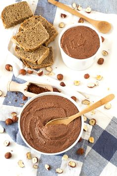 Nutella is so delicious, but is not healthy at all. This healthy homemade nutella is oil-free and is made with maple syrup, roasted hazelnuts and raw cacao. Healthy Desayunos, Healthy Sweets, Vegan Blogs, Vegan Recipes, Comida Diy, How To Roast Hazelnuts, Fudge Brownies, Sweet Recipes, Vegetarian
