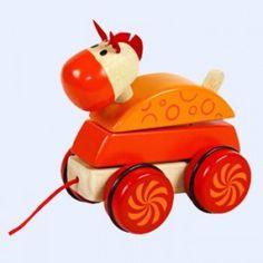 Spelen, bouwen en rijden.......  De pony trek- en stapelfiguur bestaat uit 4 onderdelen. Erg leuk om zelf te stapelen, bepaal de juiste volgorde. Als je dan met de pony gaat wandelen,  beweegt/waggelt deze.