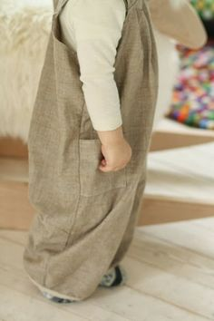 Schnittmuster und Anleitung latzhose - tutorial Tricot Simple, Kids Overalls, Patchwork Appliqué, Baby Kids Clothes, Diy Clothes, Sewing Clothes, Sewing For Kids, Diy For Kids, Baby Sewing