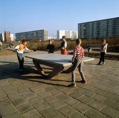 Kinder spielen am 21.02.1990 Tischtennis auf einem Spielplatz in einer Plattenbausiedlung in Halle-Neustadt. | Bildrechte: dpa