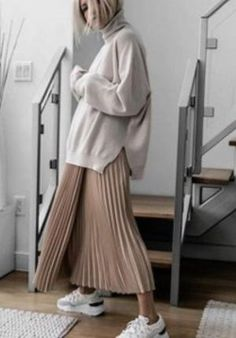 Big sweater + half skirt is the most fashionable way to open in early spring - JimIamy - Fall Outfits Trendy Fall Outfits, Fresh Outfits, Casual Outfits, Looks Chic, Looks Style, Skandinavian Fashion, Look Fashion, Autumn Fashion, Woman Fashion