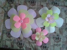 Большие бумажные цветы для украшения стены или заднего фона
