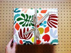 """Envoltorio de regalo / Matisse es mi Musa / cada rodillo es 26"""" pulgadas X 36"""" pulgadas / que es 3 pies"""