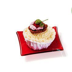 Cupcake de baunilha e chocolate com moranguinho
