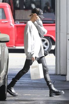 Hailey wore Tna Oversized Crew Sweatshirt, Helmut Lang Stretch Leather Leggings, The Row Leather Ankle Boots, Bottega Veneta the Pouch Clutch. Cute Fall Outfits, Fall Winter Outfits, Autumn Winter Fashion, Winter Ootd, Estilo Hailey Baldwin, Hailey Baldwin Style, Star Fashion, Fashion Outfits, Womens Fashion