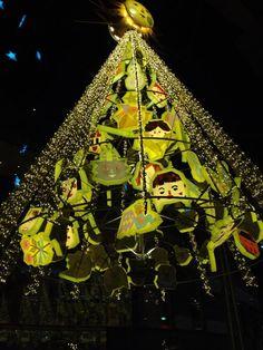 【筑前 博多】キャナルシティ博多の今年のクリスマスツリーは「太陽のクリスマス」と銘打って絵本作家tupera tuperaがプロデュースした「光のツリー」だそうです。「かおランタン」をモチーフにしたユニークなツリーが心を温めてくれます♪(´▽`)    写真 / 文 : 在津吾朗  場所 : キャナルシティ博多
