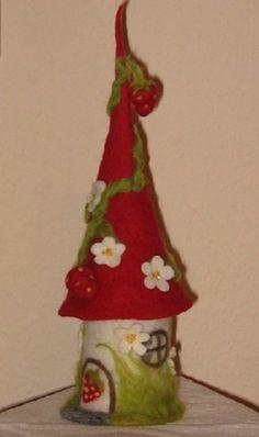 Gern fertige ich nochmal solch ein kleines Filzhäuschen an, denn das abgebildete ist bereits verkauft.   Hier siehst du eine winzig kleine Erdbeerhäuschen-Filzlampe, z. B. für das Regal. Überall...