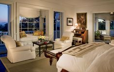 Ok, this is Rob Lowe's bed, but there's more to it! Did you notice that little spot by the window? So perfect to read, enjoy the ocean view, to chat (with Lowe, of course), to have a cup of tea…