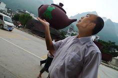广西公益人梁钧在凌云喝茶