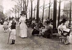 Bien agréable les Champs-Élysées le dimanche, Paris, France, 1910