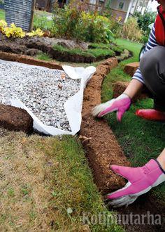 Istutusten ja nurmikon rajaus - Kotipuutarha Garden On A Hill, Garden Paths, Home And Garden, Green Garden, Shade Garden, Dry Creek, Private Garden, Garden Planning, Hunter Boots