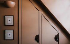 Palette de couleurs terracotta, rose, beige et brun // Hôtel Rochechouart // Chambre avec un mur brun orangé Art Deco Decor, Art Deco Design, Retro Design, Pigalle Paris, Rose Beige, Turbulence Deco, Wall Molding, Velvet Armchair, Wood Headboard