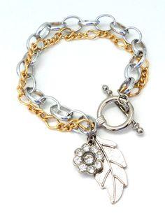 Cód: PUL481 <br> <br>Pulseira com correntes de alumínio prateada e dourada com pingentes de folha e strass.