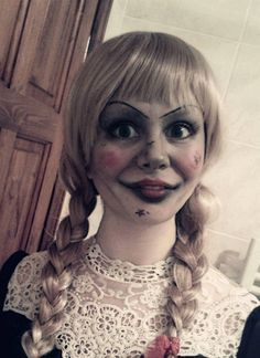 Here is the Annabelle Halloween makeup tutorial to make you the Annabelle doll in this upcoming Halloween party. Discover more Halloween makeup tutorial! Looks Halloween, Halloween Kostüm, Halloween Cosplay, Halloween Makeup, Halloween Costumes, Halloween Themes, Makeup Fx, Scary Makeup, Doll Makeup