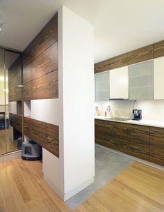 Projekt zabudowy kuchennej stanowiącej jednocześnie rodzaj przegrody między aneksem kuchennym a strefą wejściową do mieszkania. fot. http://www.fotografia-architektury.com/