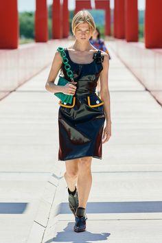 Louis Vuitton Resort 2022 Fashion Show | Vogue Vogue Fashion, Fashion Beauty, Camila Morrone, Oasis Fashion, Capsule Outfits, Donatella Versace, Fashion Show Collection, Carolina Herrera, Fashion Outfits