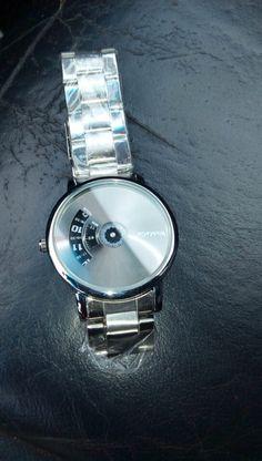 L'article est arrivé dans les temps j'aime bien La qualité de la montre semble bonne.