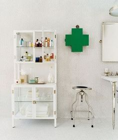 ファーストエイドやリネン類、化粧品などをスッキリとディスプレイ。横のスツールも診察室風ですね。