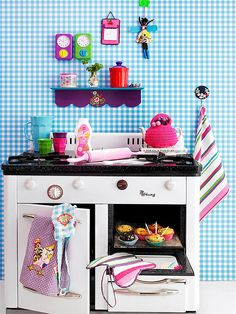kitchy kitchen! Great gingham wall with toy vintage oven!