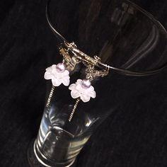 アクリルのお花とキラキラなパーツを合わせて清楚で華やかなイヤリングに致しました。作品名の通り「天上の花」ということで、キラキラパーツは花の茎に見立て、花に包まれたビーズを実に例えました。綺麗な花から生まれる美しい実は、着用する人の心を表し輝かせてくれるようにとの思いを込めて制作致しました。※ピアスは、他カートにてご用意しております。●カラー:ホワイト、パープル●サイズ:4.5cm、花14mm●素材:スワロフスキー、アクリル、真鍮●注意事項:過度に力が加わりますと壊れてしまう可能性がございますのでご注意ください。メッキ製品は水、汗、皮脂などに弱い性質です。ご使用後は柔らかい布で汚れを拭き取り密閉できる袋等で保存して頂くと長くご利用になれます。汚れたまま長時間放置しますと変色の原因になりますのでご注意ください。入浴時、プールや海でのご使用は絶対にしないでください。ヘアスプレー、日焼け止め、香水などの付着は変色の原因となりますので、付着してしまった際は速やかに拭き取りください。●作家名:紫月あおい#可愛らしい #シック #落ち着いたデザイン #ゆらゆら揺れる #スワロフスキー…