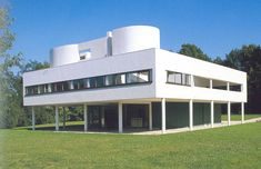 Villa Savoye by the architects Le Corbusier and Pierre Jeanneret opened in 1931 in Poissy, France Architecture Bauhaus, Le Corbusier Architecture, Interior Architecture, Poissy France, Casa Farnsworth, Villa Savoye, Design Bauhaus, Free Floor Plans, Casas Containers