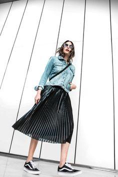 Look de blog the Style of Lucía que combina una prenda de tendencia, como lo es la falda plisada, con una denim jacket y queda aún estiloso con unas zapatillas.