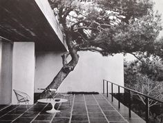 Pierre Soulages, Maison, Sete, 1959. Harry Bertoia´s Diamond and wire chairs.
